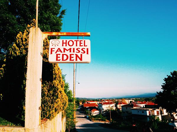 奇岩の見えるホテルFamissi Eden【ギリシャ/カランバカ】